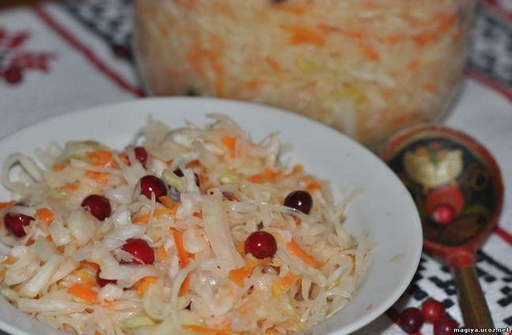 Салат из свежей капусты с брусникой